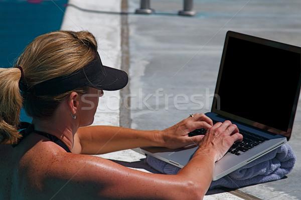 Yüzme havuzu güzel bir kadın çalışma iletişim bilgisayar Internet Stok fotoğraf © cmcderm1