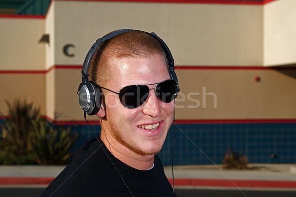 Música fones de ouvido jovem homem escolas Foto stock © cmcderm1
