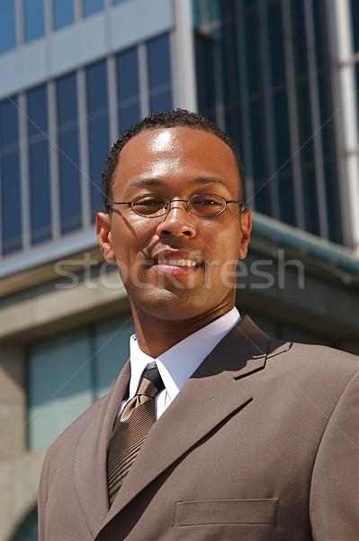 Jonge zakenman geslaagd macht pak gebouw Stockfoto © cmcderm1