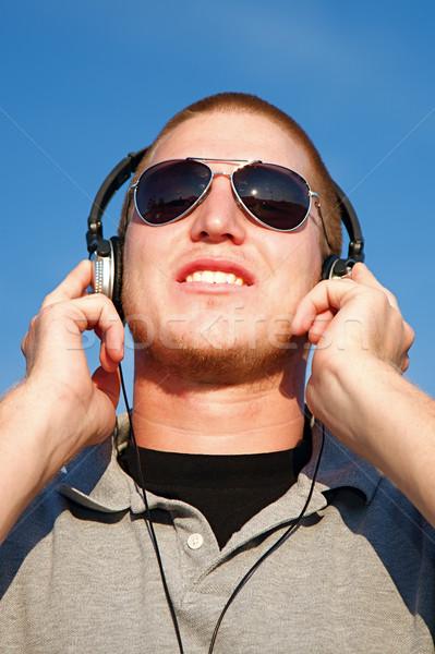 Muziek hoofdtelefoon cool jonge man man gelukkig Stockfoto © cmcderm1