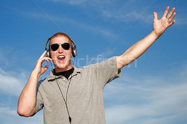 Música auriculares fresco joven hombre feliz Foto stock © cmcderm1
