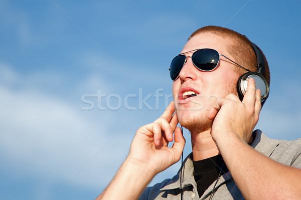 Música auriculares fresco joven sonrisa hombre Foto stock © cmcderm1