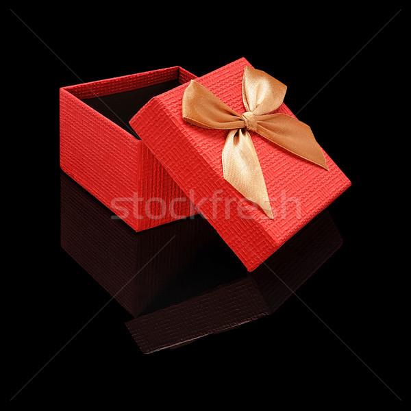 Vermelho abrir caixa de presente textura do papel arco preto Foto stock © Coffeechocolates
