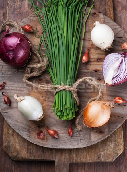 Diferente cebolas cozinha conselho superfície Foto stock © Coffeechocolates