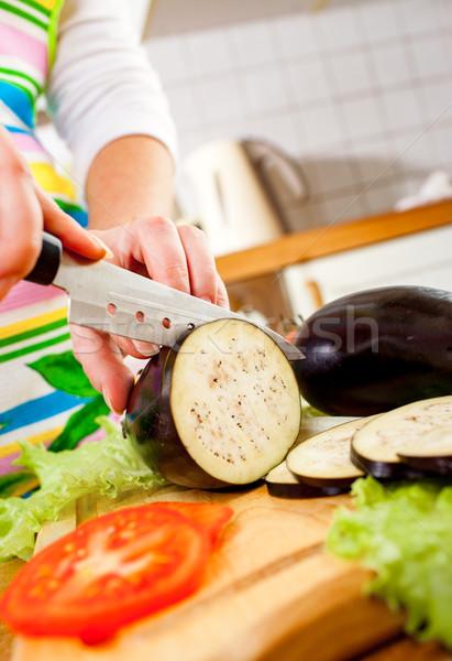 Kezek vág padlizsán padlizsán mögött friss zöldségek Stock fotó © cookelma