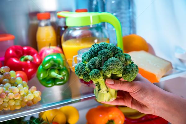 Femme brocoli ouvrir réfrigérateur aliments sains main Photo stock © cookelma