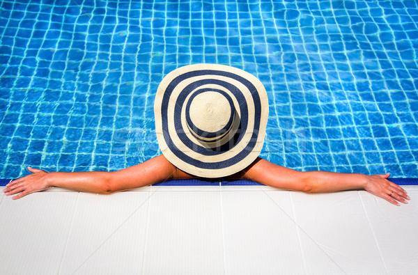 ストックフォト: 女性 · 麦わら帽子 · リラックス · スイミングプール · ボトム · パーフェクト