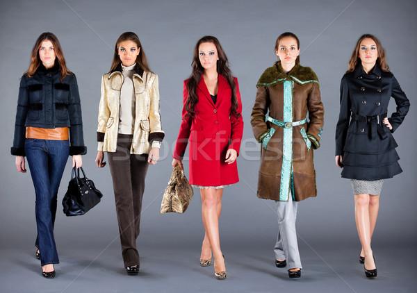 Foto d'archivio: Cinque · ragazze · autunno · inverno · raccolta · vestiti