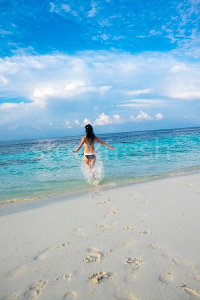 Nina caminando playa tropical Maldivas playa vacaciones Foto stock © cookelma