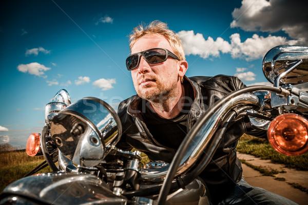 Motoros versenyzés út napszemüveg bőrdzseki égbolt Stock fotó © cookelma