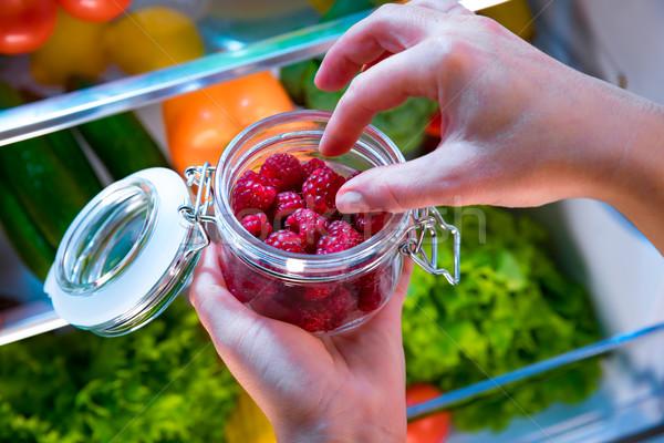 Femme fraîches framboises ouvrir réfrigérateur Berry Photo stock © cookelma