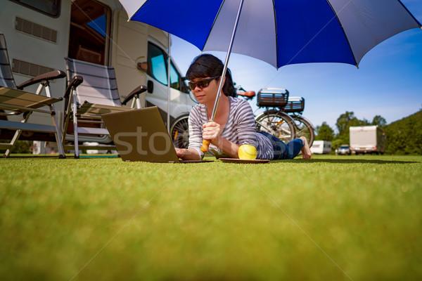 Stockfoto: Vrouw · gras · naar · laptop · paraplu · caravan