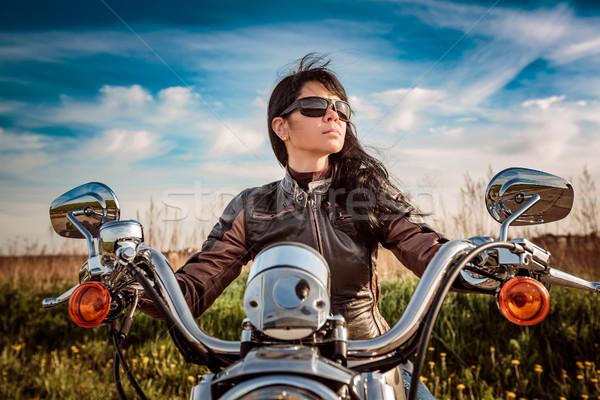 Foto stock: Menina · sessão · motocicleta · jaqueta · de · couro · óculos · de · sol