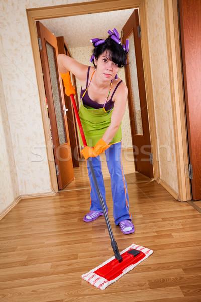 Huisvrouw vloer huis vrouw home werken Stockfoto © cookelma