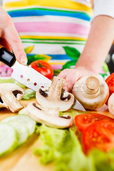 Cięcie grzyby pieczarka ręce tabeli zielone Zdjęcia stock © cookelma