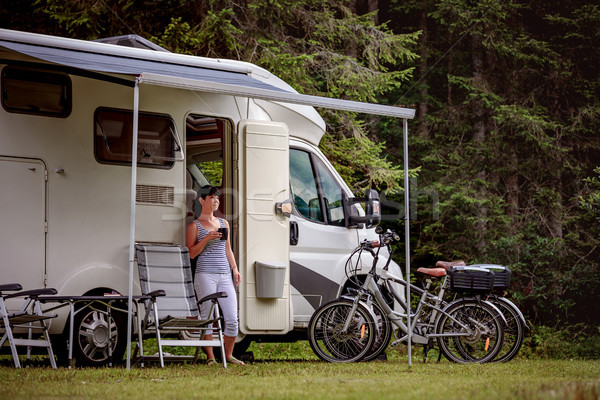 Vrouw permanente mok koffie kampeerder caravan Stockfoto © cookelma
