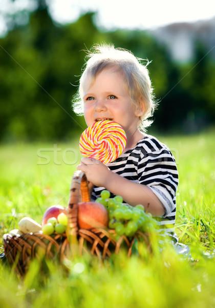 Weinig jongen zoete groen gras voedsel zon Stockfoto © cookelma