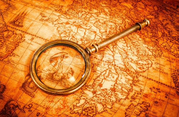 Vintage lupa mentiras antigua mapa del mundo naturaleza muerta Foto stock © cookelma