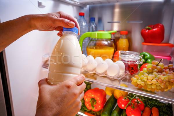 Mujer leche abierto refrigerador mano salud Foto stock © cookelma