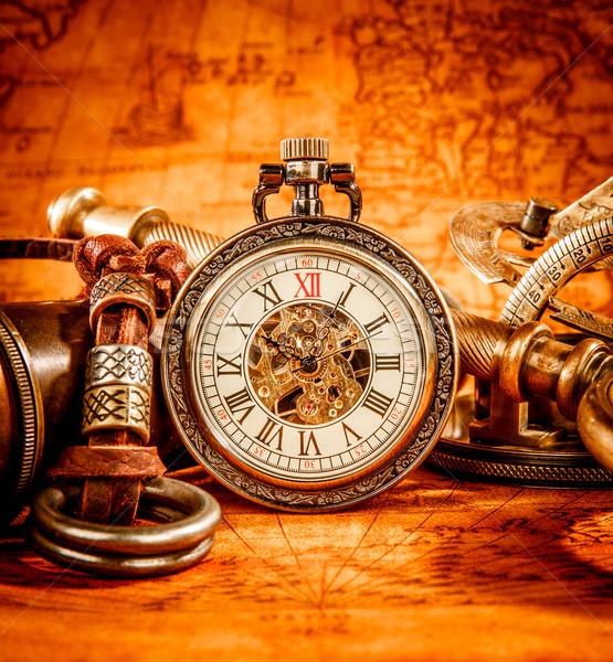 Vintage reloj de bolsillo antiguos antigua mapa del mundo mapa Foto stock © cookelma