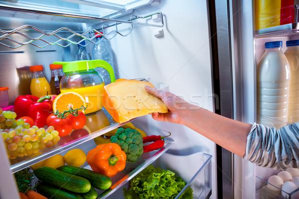 Mujer pieza queso abierto refrigerador mano Foto stock © cookelma