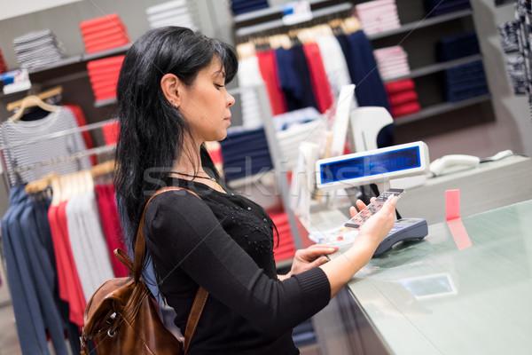 Mobiele betaling meisje winkel mobiele telefoon veld Stockfoto © cookelma