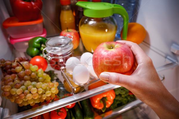 Mujer manzana abierto refrigerador alimentos saludables mano Foto stock © cookelma