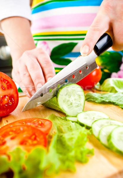 Stock fotó: Kezek · vág · zöldségek · uborka · mögött · friss · zöldségek