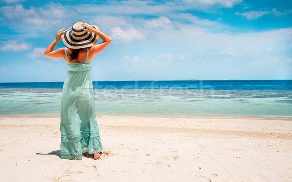 Kız yürüyüş tropikal plaj Maldivler plaj tatil Stok fotoğraf © cookelma