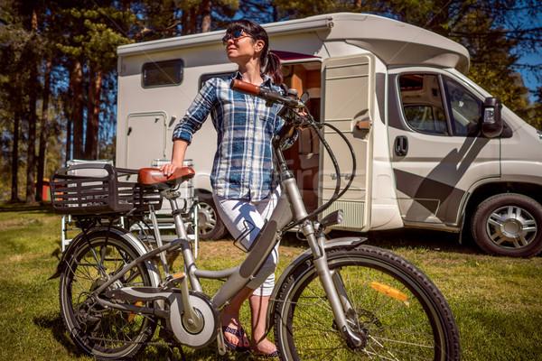 Nő elektromos bicikli pihen táborhely karaván Stock fotó © cookelma
