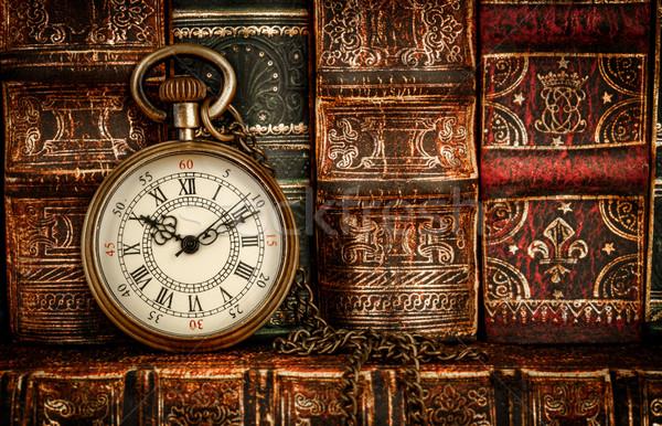 Vintage relógio de bolso antigo velho livros livro Foto stock © cookelma