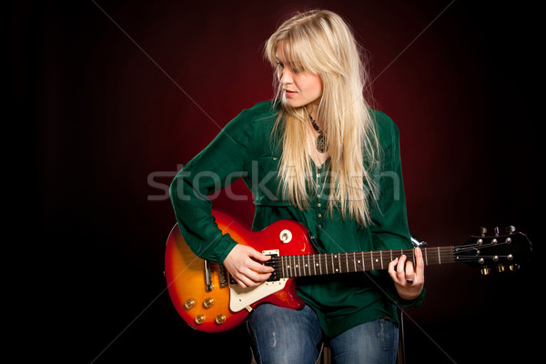Nina guitarra oscuro rojo mujer música Foto stock © cookelma