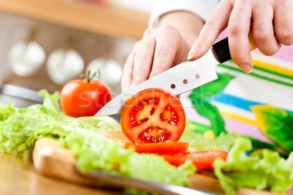 Ręce cięcie warzyw pomidorów za świeże warzywa Zdjęcia stock © cookelma