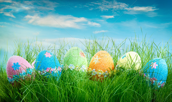 Stock fotó: Díszített · húsvéti · tojások · fű · kék · ég · égbolt · virág
