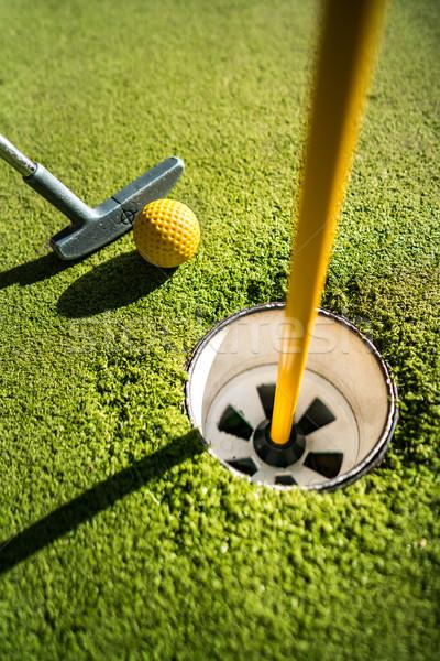 Mini golf amarillo pelota bate agujero Foto stock © cookelma