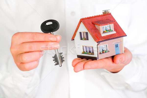 Casa humanos manos blanco construcción modelo Foto stock © cookelma