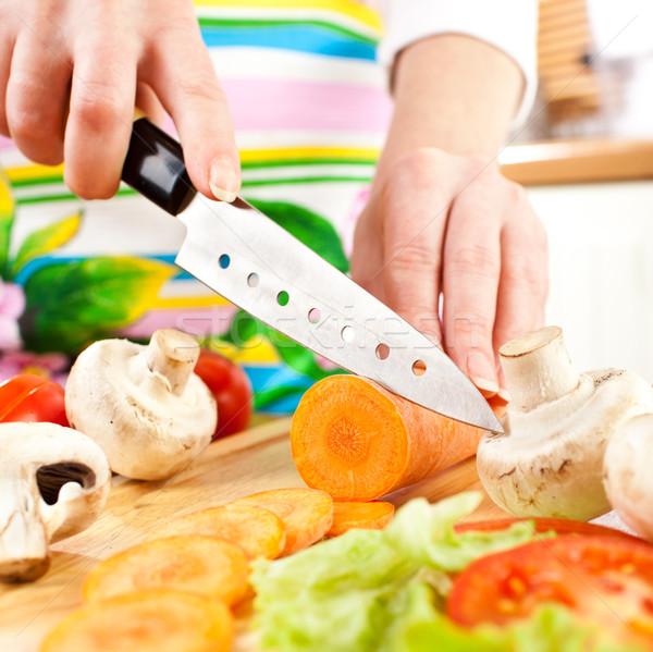Kezek vág zöldségek sárgarépa mögött friss zöldségek Stock fotó © cookelma