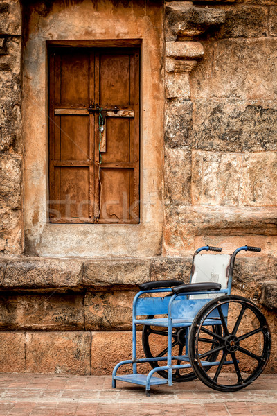 Rolstoel stenen muur venster stoel steen wiel Stockfoto © cookelma