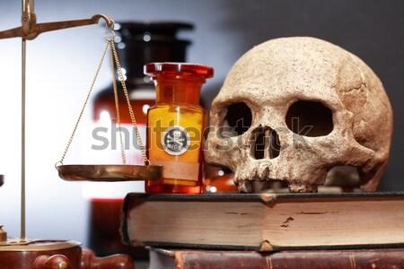 Antica umani cranio vecchio libri peso Foto d'archivio © cosma