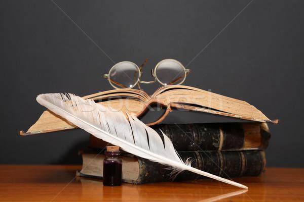 Edebiyat natürmort eski gözlük kitaplar kalem Stok fotoğraf © cosma