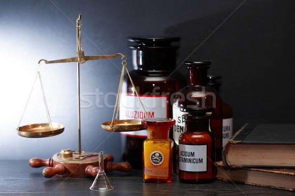 Oude farmaceutisch uitrusting gewicht schaal boeken Stockfoto © cosma