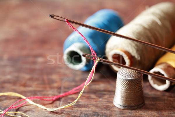 Naaien ingesteld hout vingerhoed naalden draad Stockfoto © cosma