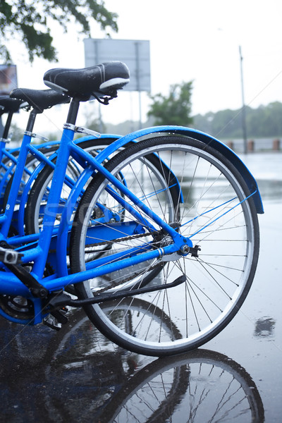 Bicicleta estacionamento chuva cena urbana molhado Foto stock © cosma