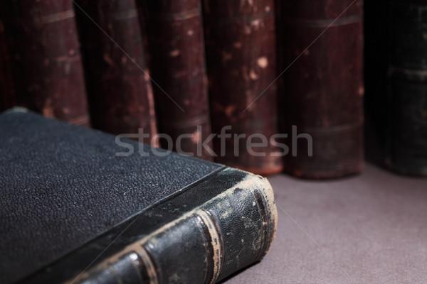 Oude boeken vintage bibliotheek rij donkere Stockfoto © cosma