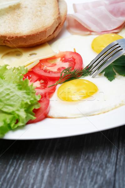 Sült tojások közelkép tányér paradicsomok sötét Stock fotó © cosma