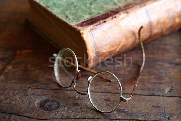 Vecchio occhiali ancora vita libro tavolo in legno legno Foto d'archivio © cosma
