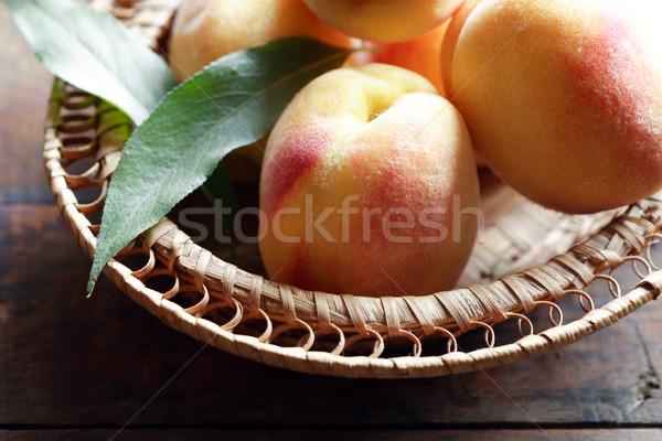 Puchar Brzoskwinia wiklina pełny świeżość owoce Zdjęcia stock © cosma