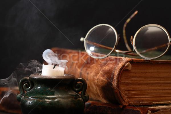 Bitmiş eski kitap okuma bağbozumu natürmort gözlük Stok fotoğraf © cosma