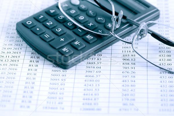 Teneduría de libros primer plano calculadora gafas papel mesa Foto stock © cosma