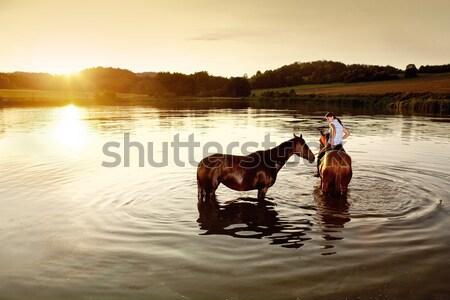 Kobieta dwa konie jezioro wygaśnięcia dziewczyna Zdjęcia stock © courtyardpix